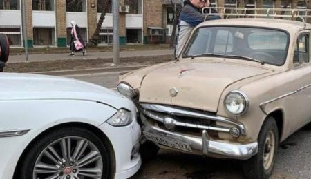 "Jag попал под ""Москвич"""